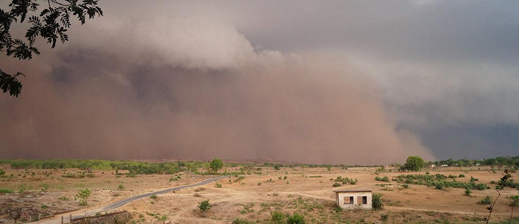 Mit hoher Geschwindigkeit nähert sich der Zyklon als Staubwolke